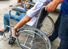 Mens op rolstoel stock foto