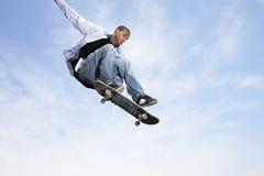 Mens op Skateboard in Midair Royalty-vrije Stock Fotografie