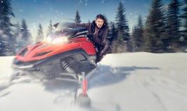 Mens op sneeuwscooter Stock Foto
