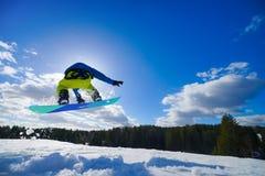 Mens op snowboard stock afbeelding