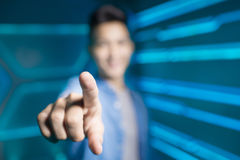 Mens op technologie-achtergrond royalty-vrije stock afbeelding