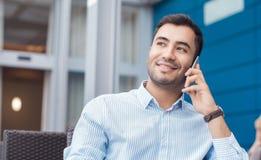 Mens op Telefoon stock afbeelding