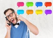mens op telefoon met glanzende praatjebellen Royalty-vrije Stock Foto