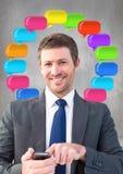mens op telefoon met glanzende praatjebellen Stock Foto