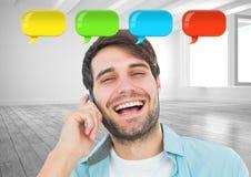 mens op telefoon met glanzende praatjebellen Stock Foto's