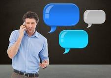mens op telefoon met glanzende praatjebellen Stock Fotografie
