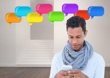 mens op telefoon met glanzende praatjebellen Stock Afbeelding