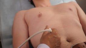 Mens op ultrasone klank in kliniek stock video