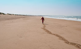 Mens op verlaten strand Stock Foto