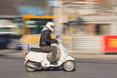 Mens op Vespa-autoped LS 150 in stadscentrum, Peking, China Stock Afbeeldingen