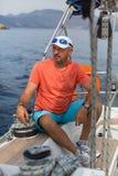 Mens op zijn varende jachtboot Sport royalty-vrije stock foto