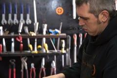 Mens op zijn workshop royalty-vrije stock afbeelding