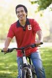Mens in openlucht bij fiets het glimlachen Stock Afbeeldingen