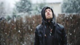 Mens in openlucht in de dalende lengte van de sneeuw langzame motie stock footage