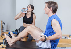 Mens opleiding in pilates Stock Foto's