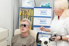 Mens in optometrische kliniek Stock Foto's