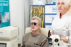 Mens in optometrische kliniek Stock Afbeelding
