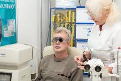 Mens in optometrische kliniek Stock Foto