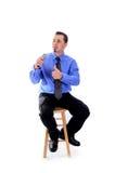 Mens in overhemd en band die met een microfoon spreken Stock Foto's