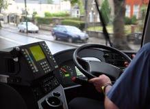 Mens in overhemd het berijden in bus op natte weg Stock Foto