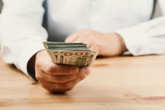 Mens in overhemd het geven van geld De lening, financiën, salaris, steekpenning en schenkt concept stock afbeeldingen