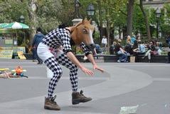 Mens in paardhoofd custume Stock Fotografie