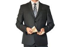 Mens in pak tellend geld Stock Foto