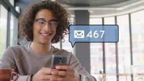 Mens per e-mail versturen op zijn telefoon stock videobeelden