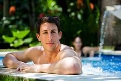 Mens in Pool Stock Foto's