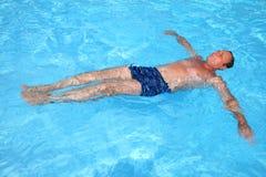 Mens in pool Royalty-vrije Stock Afbeelding