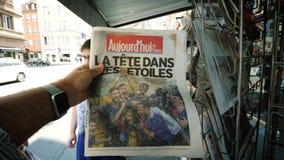 Mens POV het kopen krant die de kampioenswereldbeker aankondigen van Frankrijk stock footage