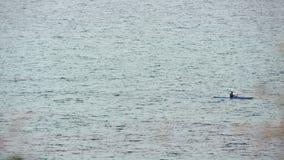 Mens in rijboot bij open zee stock videobeelden