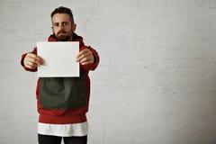 Mens in rode anorak met wit blad van document stock foto