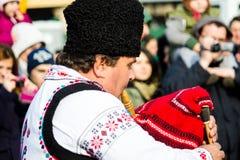 Mens in Roemeens traditioneel kostuum, het spelen pijp Stock Foto