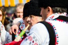 Mens in Roemeens traditioneel kostuum, het spelen pijp Royalty-vrije Stock Afbeelding