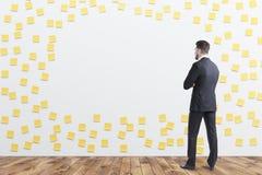 Mens in ruimte van grayin de kleverige nota's Stock Afbeelding