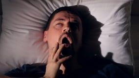 Mens ` s het lijden aan slapeloosheid Portret Close-up 4K stock video