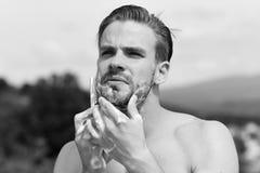Mens scheren naakt met bergen op achtergrond royalty-vrije stock foto's
