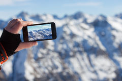 Mens in smartphone wordt gefotografeerd die royalty-vrije stock fotografie