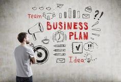 Mens in T-shirt en businessplanpictogrammen Royalty-vrije Stock Afbeeldingen