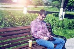 Mens tegen een muur, ernstige blik, zelfconcept In de zomer, de donkere glazen en een overhemd Royalty-vrije Stock Fotografie
