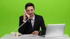 Mens tevreden met de vooruitgang van besprekingen op de telefoon stock footage