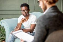 Mens tijdens een psychologische zitting met psycholoog royalty-vrije stock foto's