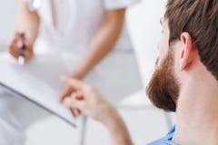 Mens tijdens psychotherapie stock afbeeldingen