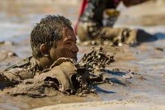 Mens tot zijn gezicht in modder Stock Afbeelding