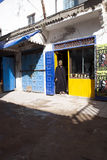 mens in traditionele kleding voor een koffie, Essauria, Marokko stock foto