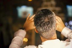 Mens van de rug wordt gefotografeerd die royalty-vrije illustratie