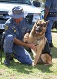 Mens van JOHANNESBURG, ZUID-AFRIKA - de Zuidafrikaanse van de de Politiemachtpolitie van APRIL 2017 met K9 Duitse herdershond Stock Afbeeldingen