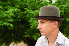 Mens in vilten hoed royalty-vrije stock fotografie