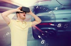 Mens in virtueel werkelijkheidshoofdtelefoon en autorennenspel Stock Afbeelding